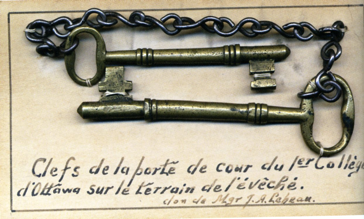 Artefact photo of two old keys attached by a chain that belonged to the first Ottawa College, now known as the University of Ottawa.